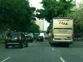 Prefeitura de SP libera circulação de fretados em 21 das 45 vias restritas - Vinte e uma das 45 vias que faziam parte da Zona de Restrição em São Paulo foram liberadas para os ônibus fretados em São Paulo, segundo anúncio feito pela Prefeitura nesta quinta-feira (20). Uma delas é a Avenida Vinte e Três de Maio.