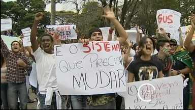Cerca de 18 mil pessoas participam de ato em Taubaté (SP) - Em Taubaté, os protestos levaram cerca de 18 mil pessoas às ruas, segundo a PM. Os manifestantes saíram da praça Santa Terezinha e foram até a Dom Epaminondas, onde estava previsto o fim da passeata.