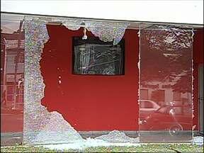 Em Jundiaí, SP, comerciantes tiveram lojas danificadas após manifestação - Após o protesto desta quinta-feira (20), muitos comerciantes tiveram prejuízos: vidros quebrados e portas danificadas. O local mais prejudicado foi a Avenida Jundiaí.