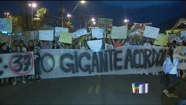 Protesto também ocorre em Caraguatatuba (SP) - Cerca de 1.200 manifestantes fizeram um protesto no centro de Caraguatatuba. Grupo fechou a rodovia dos Tamoios.