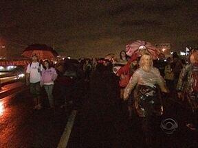 Manifestantes bloqueiam BR-101 em Palhoça - Manifestantes bloqueiam BR-101 em Palhoça