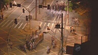 Protesto em Campinas termina em confusão e 14 pessoas são detidas - O protesto em Campinas terminou em confronto entre os manifestantes e a Tropa de Choque. Segundo a polícia, 14 pessoas foram detidas e foram apreendidas duas armas brancas, fogos de artifício e explosivos caseiros.