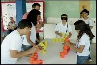 Professor usa jogo 'torre copos' em aulas de educação física - Alunos com deficiência visual também participam de brincadeira