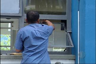 Manhã de trabalho no prédio da prefeitura de Mogi das Cruzes neste sábado - Na área externa, um funcionário municipal se encarregou de fazer a troca dos vidros das janelas que foram quebradas