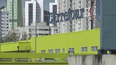 Sete homens armados invadem e assaltom supermercado na Zona Norte do Recife - Quantia levada não foi revelada. Na saída, eles trocaram tiros com seguranças da loja.
