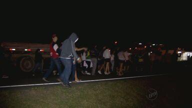Manifestantes fecham a Fernão Dias nos dois sentidos em Cambuí, MG - Manifestantes fecham a Fernão Dias nos dois sentidos em Cambuí, MG