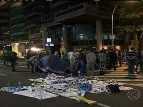 Manifestantes fazem protesto na esquina onde mora Cabral - A Polícia Militar montou uma barreira na Rua Aristides Espínola. O grupo passou a noite de sexta-feira (21) acampado na Avenida Delfim Moreira e dizem que vão ficar até segunda. Não há tumulto.