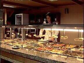 Veja o jeitinho de muita gente para economizar na hora de comer fora - Tem gente que cortou a sobremesa.