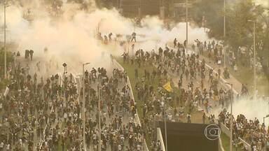 Imagens mostram momentos de confronto entre Polícia Militar e manifestantes - Houve vandalismo e vários imóveis foram depredados.