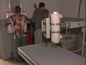 Presos fazem exames para evitar surto de tuberculose em Umuarama - A delegacia está superlotada. Exames foram recomendados depois que um preso, que já está em prisão domiciliar, teve a doença confirmada.