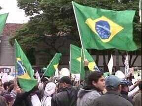 Mobilização em Paranavaí foi tranquila e reuniu mais de mil pessoas - Os manifestantes saíram da Praça dos Pioneiros e foram até a prefeitura. Também houve manifestações na região.