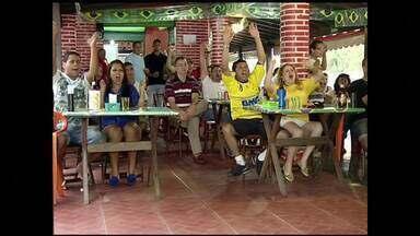 Bares e restaurantes de Resende, RJ, lucram com jogos do Brasil - Torcedores preferem assistir aos jogos na rua e comerciantes comemoram faturamento.