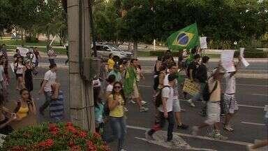 Manifestantes se reúnem em Fortaleza contra o PEC-37 - Cerca de 150 pessoas participaram dos protestos. Movimento foi pacífico.