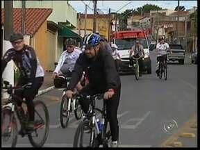 Passeio ciclístico comemora a chegada do inverno em Itapeva, SP - Em Itapeva (SP), um grupo de ciclistas resolveu dar boas vindas ao inverno de uma maneira diferente. Eles foram às ruas incentivar a prática de atividade física nesta época do ano.
