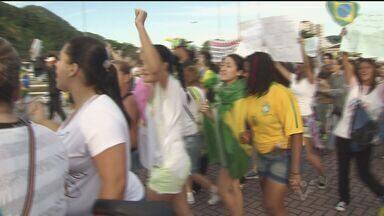 Mais de 2 mil pessoas participam de manifesto em Praia Grande - População fez passeata pelas ruas.