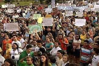 Manifestação pacífica termina sem incidentes graves em Anápolis, GO - Movimento foi tranquilo e polícia não registrou nenhum ato de vandalismo durante caminhada pelas ruas da cidade. Grupo protestou por diversas pautas.