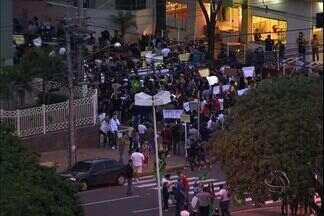 Pelo 3° dia consecutivo manifestantes saem às ruas de Campo Grande - Os manifestantes se reuniram na praça da Rádio Clube em Campo Grande caminharam pelas ruas do centro da cidade durante o protesto realizado durante a tarde deste sábado (22).
