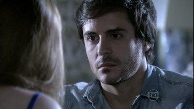 Thales visita Nicole em sua casa - A bela fica encantada com o carinho que o rapaz tem por ela
