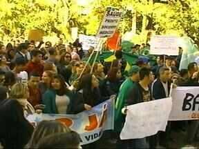 Manifestantes fizeram caminhada em Uruguaiana, RS, contra corrupção no país - Ponte Internacional ficou interrompida por quase quatro horas.