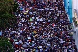 Mais de 10 mil pessoas protestam em Campina Grande - A manifestação teve início na praça da Bandeira. Os manifestantes se reuniram para reivindicar o fim da corrupção e melhorias para setores essenciais como saúde, educação e transportes.