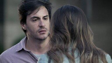 Thales afirma a Leila que não seguirá seu plano - Ela termina o namoro com o escritor