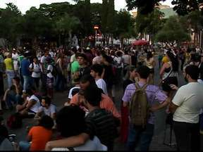 Nova tarifa não agrada e moradores voltam às ruas de Uberlândia, MG - Grupo pede por mais redução na tarifa do transporte coletivo da cidade.Alguns manifestantes mudaram o trajeto durante o percurso.
