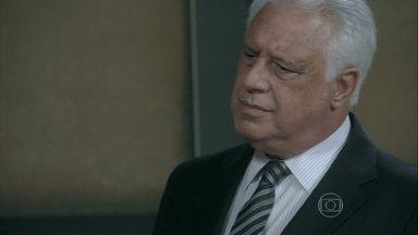 César decide afastar Lutero do cargo de diretor clínico - Jacques conta a César que Paloma poderia ter morrido por causa de Lutero
