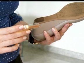 Aprenda como limpar as solas dos sapatos - Segundo especialista, o lenço umedecido não limpa completamente as bactérias presentes nas solas dos sapatos. Segundo ela, é recomendável que use álcool em gel 70% para uma limpeza total.