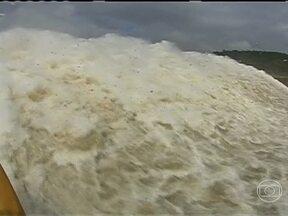 Chuva no Sul do país provoca fenômeno raro na Usina de Itaipu - A água na usina chegou a um volume equivalente a dez Cataratas do Iguaçu e chegou a escoar 15 milhões de litros de água por segundo. Por isso, duas das três comportas tiveram que ser abertas. Agora, a usina está com água de sobra para gerar energia.