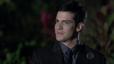 Félix tenta manipular Jonathan - O rapaz desconfia da conversa dos pais