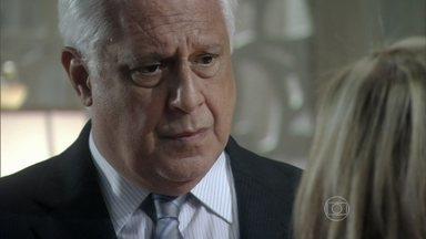 César mente para Pilar - Bernarda percebe o desconforto da família com a demora do marido. César se despede de Aline e, ao chegar em casa, diz para Pilar que estava cuidando de Paloma