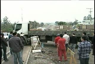 Trânsito na Avenida Hélvio Basso em Santa Maria foi bloqueado nesta manhã - Empresários protestam pelo atraso nas obras. A duplicação da via só deve ser concluída em outubro.