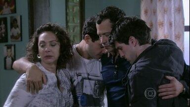 Bruno e Ordália recebem o apoio da família - Ele pede para que confirmem que Paulinha é filha dele