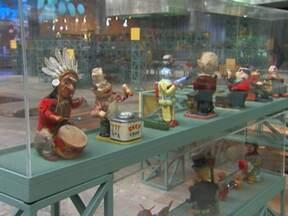 Exposição de brinquedos em SP mostra como as crianças se divertem - Mais de 6 mil peças resgatam a diversão das crianças no século passado. Mostra foi exposta pela 1ª vez na abertura do Sesc Pompeia, há 30 anos.