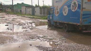 Moradores da Vila Popular, em Olinda, sofrem com lama e buracos - Situação ficou assim porque a circulação de ônibus e de outros veículos foi desviada para o bairro por conta da obra de construção do viaduto da PE-15.
