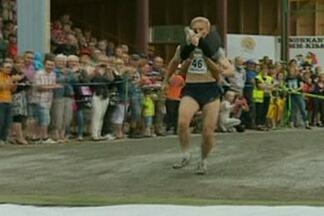 Veja como foi o campeonato mundial de carregamento de esposas na Finlândia - Com as espsas pinduradas nos maridos, casais disputam campeonato inusitado na Finlândia. Veja como foi.