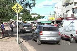 Faixas de pedestres praticamente não existem nas ruas e avenidas de Santa Inês - É sempre um risco atravessar nas vias de maior fluxo de veículos.