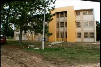Alunos tem aula em locais improvisados, enquanto prédio da escola está vazio - Obras está pronta há quatro meses, mas espera liberação do estado.