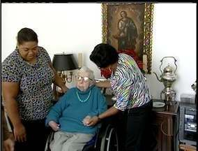 Emprego: Profissão de cuidador de idosos está ganhando espaço - Profissão foi regularizada recentemente. Quem atua na área já conquistou direitos.