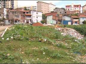 Moradores de comunidades do Costa Azul reclamam da demora na entrega de casas populares - Segundo os moradores, enquanto as casas não são entregues, eles têm que morar de aluguel.