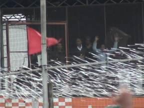 Funcionários de açougue em Carapicuiba viram reféns durante assalto - Funcionários viveram mais de duas horas de muita tensão e medo. Quatro homens armados entraram no local para roubar o caixa, mas foram presos pela polícia.