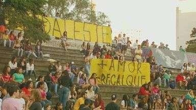 Fãs homenageiam MC Daleste em Campinas - Fãs do funkeiro Daniel Pellegrine, o MC Daleste, reuniram-se na tarde desta terça-feira (9) no bairro Cambuí, em Campinas (SP), para homenagear o cantor, que foi morto durante um show na cidade na noite de sábado (6).