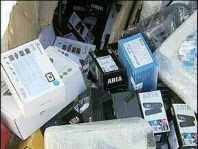 Produtos eletrônicos são apreendidos em carga de ervilha - O caminhoneiro foi preso e disse que levaria os equipamentos para Goiás.