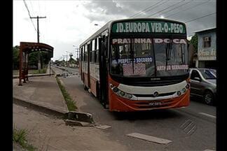 Motorista de ônibus perde controle do veículo e invade a ciclofaixa - Blocos que fazem a divisória da pista foram arrancados.