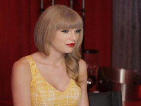 'Foi incrível', diz Taylor Swift de contato com fãs no Brasil - Você viu no Fantástico, uma estrela que está fazendo o maior sucesso, liderando tudo que é parada, faturando tudo que é prêmio. É uma princesinha que arrebata corações. O Canal F desta terça-feira traz trechos inéditos da conversa com Taylor Swift.