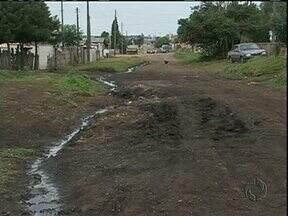 Rua de terra vira lama e complica vida de moradores de Guarapuava - Depois dos muitos dias de chuva a rua Albano Teixeira, no bairro Industrial, está intransitável.