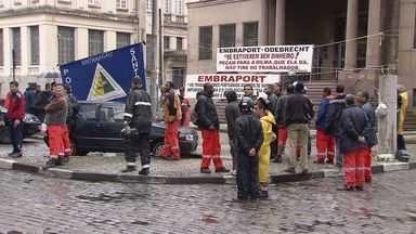 Portuários fecham rua de acesso ao Porto de Santos durante protesto - Mesmo com o feriado, teve protesto de estivadores pela manhã no Centro de Santos.