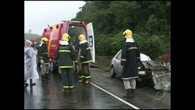 Duas pessoas morem e uma fica ferida em acidentes na BR-101, no Sul do ES - Polícia acredita que chuva pode ter contribuído para a quantidade de acidentes nesta terça-feira (9).