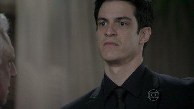Félix teme ficar pobre - Ele afirma para César que a busca de Paloma pela filha colocou a família em uma grande encrenca
