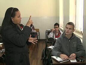 Mercado para professores e tradutores de Libras está crescendo - Em Ponta Grossa, até curso superior de graduação está sendo ofertado para preparar melhor os profissionais que trabalham com a Língua Brasileira de Sinais.